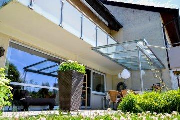 Terrassenüberdachung aus Metall und Glas