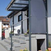 Vordach über Hauseingang aus Stahl und Glas