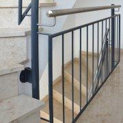 Treppengeländer, lackierter Stahl mit Edelstahlhandlauf