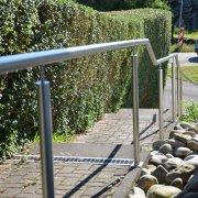 Handlauf aus Edelstahl, fest montiert an Treppe, öffentlicher Gehweg