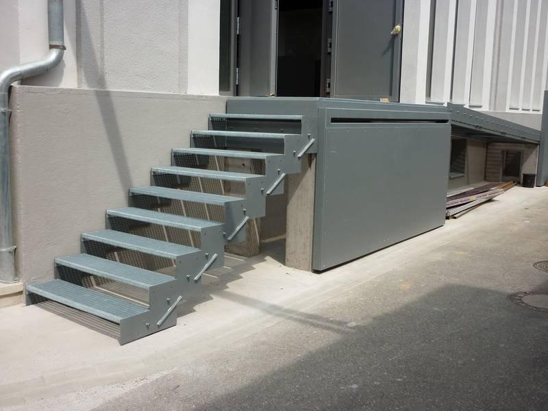 gerade treppe aus verzinktem stahl lackiert in db701 mit ganzglasgel nder medam gmbh. Black Bedroom Furniture Sets. Home Design Ideas