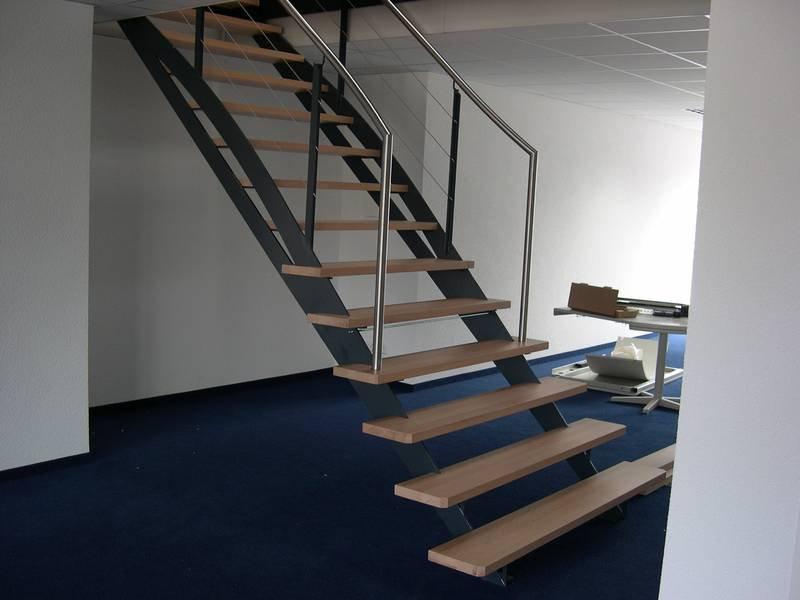 gerade treppe aus stahl lackiert mit holzstufen medam gmbh. Black Bedroom Furniture Sets. Home Design Ideas