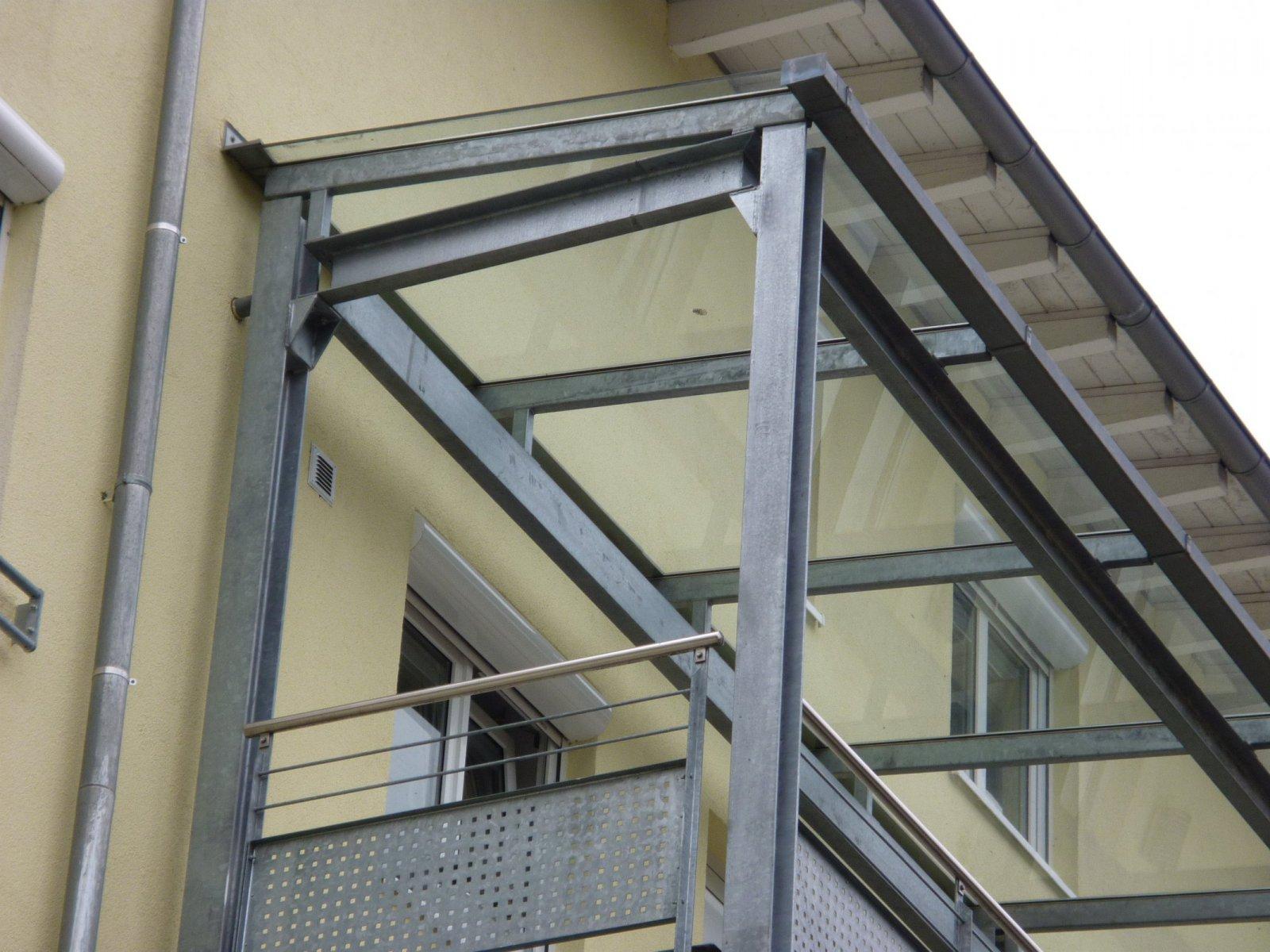 Balkonüberdachung mit Glas und Wellblech auf verzinkter ...