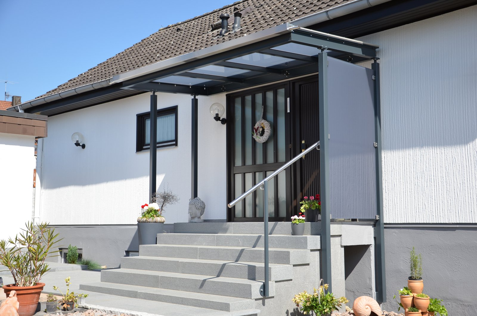 Vordach über Eingang - lackierte Stahlkonstruktion mit Glasauflage ...